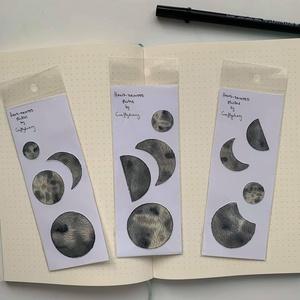 Moonlight matrica csomag, Képeslap & Levélpapír, Papír írószer, Otthon & Lakás, Festészet, Papírművészet, Hold mintájú matricák. Akvarellel festett minták. \nÁtvétel személyesen Budapesten vagy előre utalás ..., Meska