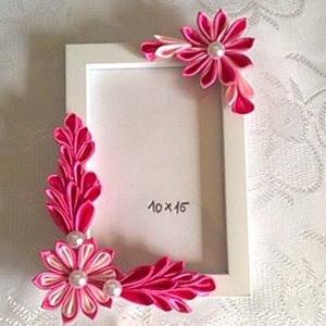 Képkeret kanzashi virágokkal, Dekoráció, Otthon & lakás, Lakberendezés, Képkeret, tükör, Mindenmás, 10*15 cm kép kerete, a készen vásárolt keretre szaténszalagból készítek virágokat, melyeket a keretr..., Meska