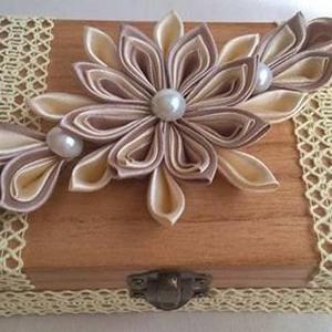 Csipkés, virágos doboz, Lakberendezés, Otthon & lakás, Tárolóeszköz, Doboz, Anyák napja, Ünnepi dekoráció, Dekoráció, Famegmunkálás, Mindenmás, Fából készült ládikát lakkoztam le több rétegben, készítettem a tetejére szaténszalagból színes virá..., Meska