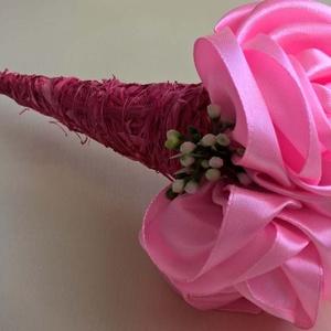 Szatén rózsacsokor, Csokor & Virágdísz, Dekoráció, Otthon & Lakás, Mindenmás, Szaténszalagból készítettem 3 rózsát, amit sizaltölcsérbe tettem, díszítettem. A csokor hossza 35 cm..., Meska