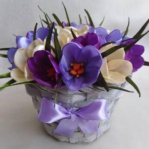 Lila krókuszkosár, Csokor & Virágdísz, Dekoráció, Otthon & Lakás, Mindenmás, Kézzel készített krókuszokkal díszített bambuszkosár. A virág szirmait, a benne lévő bibét, a levele..., Meska