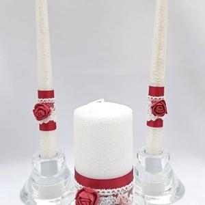 Fehér-bordó gyertyaszett, Esküvő, Dekoráció, Gyertya & Gyertyatartó, Gyertya-, mécseskészítés, Fehér színű gyertyák bordó szalag,fehér csipke és bordó habrózsa díszítéssel, a nagy gyertyát a két ..., Meska