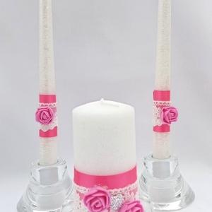 Fehér-rózsaszín gyertyaszett, Esküvő, Dekoráció, Gyertya & Gyertyatartó, Gyertya-, mécseskészítés, Fehér színű gyertyák rózsaszín szalag,fehér csipke és rózsaszín habrózsa díszítéssel, a nagy gyertyá..., Meska