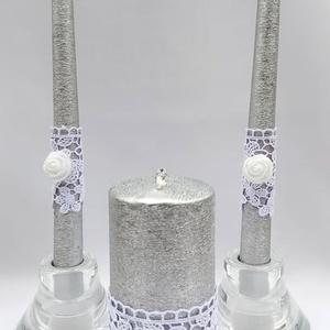 Ezüst-fehér gyertyaszett, Esküvő, Dekoráció, Gyertya & Gyertyatartó, Gyertya-, mécseskészítés, Ezüst színű gyertyák fehér csipke és fehér habrózsa díszítéssel, a nagy gyertyát a két rózsa között ..., Meska