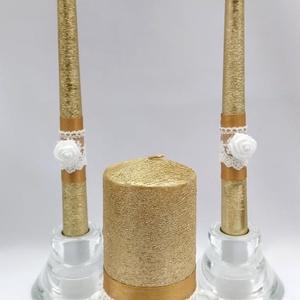 Arany-fehér gyertyaszett, Esküvő, Dekoráció, Gyertya & Gyertyatartó, Gyertya-, mécseskészítés, Arany színű gyertyák fehér csipke és fehér habrózsa díszítéssel, a nagy gyertyát a két rózsa között ..., Meska
