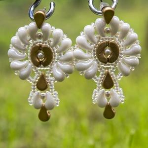 Creabead Design matyó stílusú fehér-arany fülbevaló, Esküvő, Ékszer, Fülbevaló, Gyöngyfűzés, gyöngyhímzés, A Creabead Design matyó stílusú magyaros fülbevaló Swarovski gyönggyel többféle színben is kérhető, ..., Meska