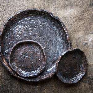 Kerámia tányérkészlet, Otthon & Lakás, Konyhafelszerelés, Tányér & Étkészlet, Kerámia, Karcolt mintás tányérkollekció\n\nNagy tányér\n* Kb.  14 cm átmérője\n\nKicsi tányérok\n* Kb. 7,5 cm átmér..., Meska
