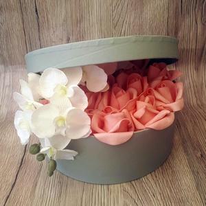 Rózsabox félig nyitott tetővel, Csokor & Virágdísz, Dekoráció, Otthon & Lakás, Virágkötés, Ezt a virágboxot egy szürke kapadobozba készítettem. Először felragasztottam a doboztetőt, aztán tűz..., Meska