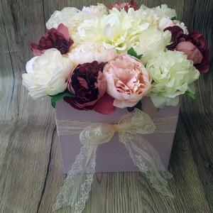 Púder virágbox csipkével, Csokor & Virágdísz, Dekoráció, Otthon & Lakás, Virágkötés, Ezt a dekorációt egy halványlila kalapdobozba készítettem. Tűzőhab segítségével fehér, krém, púder é..., Meska