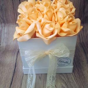 Narancsos rózsabox csipével, Csokor & Virágdísz, Dekoráció, Otthon & Lakás, Virágkötés, Ez a dekoráció egy fehér színű kalapdobozba készült. Tűzőhab segítségével narancs színű polifoam róz..., Meska