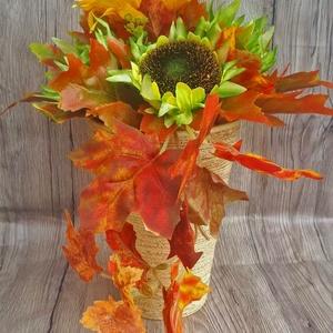 Őszi dekoráció napraforgóval kerámia kaspóban, Csokor & Virágdísz, Dekoráció, Otthon & Lakás, Virágkötés, Ez a termék tökéletes dekorációja lehet otthonunknak. Alapul egy barna csíkos kerámia kaspót használ..., Meska