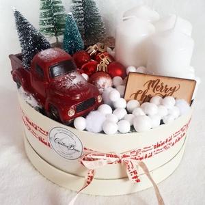 Adventi dekoráció autóval, Otthon & Lakás, Karácsony & Mikulás, Adventi koszorú, Virágkötés, A dekorációt egy krém papírdobozba készítettem, melybe tűzőhab segítségével bogyókat, kis fenyőket, ..., Meska