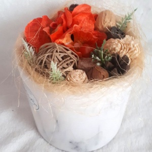 Dekoráció márvány mintás kaspóban, Otthon & Lakás, Dekoráció, Asztaldísz, Virágkötés, Ezt a dekorációt egy márványmintás kerámia kaspóba építettem. Tűzőhab segítségével selyemvirággal, s..., Meska