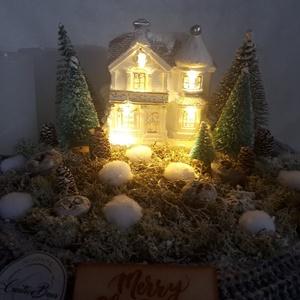 Adventi koszorú világító házikóval, Otthon & Lakás, Karácsony & Mikulás, Adventi koszorú, Virágkötés, Ezt az adventi koszorút szalma alapra készítettem, amit bevontam kötött anyaggal. Fafelirattal, mohá..., Meska