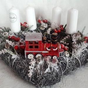 Klasszikus adventi koszorú vonattal, Otthon & Lakás, Karácsony & Mikulás, Adventi koszorú, Virágkötés, Ez a dekoráció mesés hangulatot teremt otthonunkban. A dekorációt egy vessző négyzetes alapra készít..., Meska