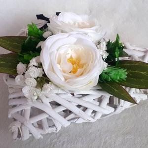 Kegyeleti dekoráció vessző szív alapon, Otthon & Lakás, Spiritualitás & Vallás, Temetkezési tárgy, Virágkötés, Ez a temetői dekoráció egy hosszított, fehér vessző szív alapra készült, melybe tűzőhab segítségével..., Meska