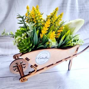 Virágdekoráció fa talicskában, Otthon & Lakás, Dekoráció, Csokor & Virágdísz, Virágkötés, Ezt a dekorációt saját készítésű fa talicskába készítettem, és selyemvirágokkal díszítettem. Kb 28 c..., Meska