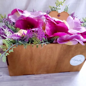 Frézia fadobozban, Otthon & Lakás, Dekoráció, Csokor & Virágdísz, Virágkötés, Ezt a dekort saját tervezésű alapba készítettem és selyemvirággal díszítettem. Kb 20 cm széles és kb..., Meska