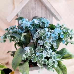 Kék nefelejcs házikós alapban, Otthon & Lakás, Dekoráció, Csokor & Virágdísz, Virágkötés, Ez a dekoráció nagyszerű kiegészítője lehet otthonunknak. Felakasztható. Fehér, koptatott házikó for..., Meska