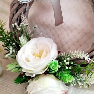 Ajtókopogtató fehér virágokkal, Otthon & Lakás, Dekoráció, Ajtódísz & Kopogtató, Virágkötés, A kopogtató nagyszerű dísze lehet bejáratunknak. 20 cm átmérőjű szürke fonott alapra készítettem és ..., Meska