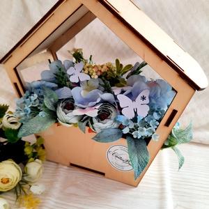 Kék virágos dísz fa madáretetős alapban, Otthon & Lakás, Dekoráció, Asztaldísz, Virágkötés, Ezt a dekorációt lézervágott fa alapba készítettem, és selyemvirágokkal díszítettem. Kb 25 cm széles..., Meska