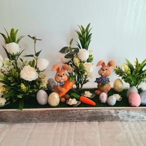 Húsvéti asztaldísz fatálcán, Otthon & Lakás, Dekoráció, Asztaldísz, Virágkötés, A ddkoráció egy kb 25 cm széles fatálcába készítettem, és tűzőhab segítségével selyemvirágokkal, toj..., Meska
