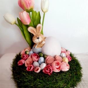 Húsvéti nyuszi tojással asztaldísz, Otthon & Lakás, Dekoráció, Asztaldísz, Virágkötés, A dekorációt 28 cm átmérőjű műfüves alapra készítettem, selyemvirágokkal, polyresin figurával és toj..., Meska