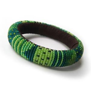 A zöld hét árnyalata - pillekönnyű guriga karkötő, gyöngyből és filcből, Ékszer, Karkötő, Gyöngyfűzés, gyöngyhímzés, Varrás, Hét féle zöld színből komponált, kellemes, szemet pihentető zöld karkötő akár mindennapos viseletre...., Meska