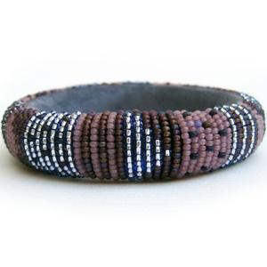 A lila karkötős nő - stílusos, nőies, pillekönnyű guriga karkötő, gyöngyből, filcből és bőrből, Ékszer, Gyöngyös karkötő, Karkötő, Négy féle lila színű gyöngyből komponált, diszkréten ragyogó karkötő akár mindennapos viseletre.  Bi..., Meska