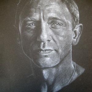 """Daniel Craig portré - A4 méretű, fehér ceruzával készült grafika, Otthon & lakás, Képzőművészet, Grafika, Rajz, Lakberendezés, Falikép, Dekoráció, Fotó, grafika, rajz, illusztráció, Méret: A4\nTechnika: ceruza rajz\nA grafika \""""falrakész\"""",  az ár képkerettel együtt értendő. (legegysze..., Meska"""