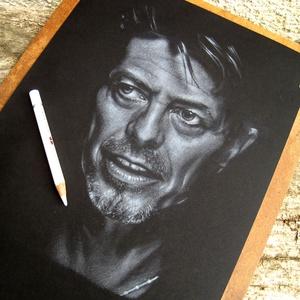 """David Bowie portré - A4 méretű, fehér ceruzával készült grafika, Otthon & lakás, Képzőművészet, Grafika, Rajz, Lakberendezés, Falikép, Dekoráció, Fotó, grafika, rajz, illusztráció, A4 méretű, fehér deruzával készült rajz.\nA grafika \""""falrakész\"""",  az ár a képkerettel együtt értendő...., Meska"""