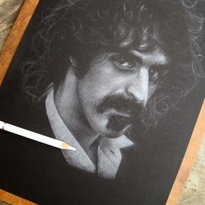 """Frank Zappa portré - A4 méretű, fehér ceruzával készült grafika, Otthon & lakás, Képzőművészet, Grafika, Rajz, Lakberendezés, Falikép, Dekoráció, Fotó, grafika, rajz, illusztráció, A4 méretű, fehér ceruzával készült rajz.\nA grafika \""""falrakész\"""",  az ár a képkerettel együtt értendő...., Meska"""