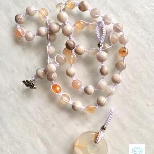Achát ásványgyöngyös női makramé nyakék , Ékszer, Esküvő, Nyaklánc, Csomózás, Gyöngyfűzés, gyöngyhímzés, Egyedi stilusú , narancssárga és fehér achat  ásványgyöngyből készült makramé nyakék , achát medálla..., Meska