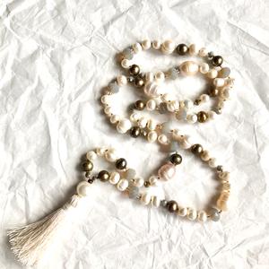 Daisy női nyaklánc folyami gyöngyböl, Esküvő, Ékszer, Nyaklánc, Ékszerkészítés, Csomózás, A gyöngy a kínaiak szerint a tisztaság és érték jelképe. \nEzt tükrözi ez az egyedi stilusú ,csomózot..., Meska