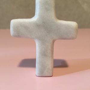 Carrarai márvány kis kereszt, szűrkés árnyalatú fényesre polírozott felülettel. , Kereszt, Spiritualitás & Vallás, Otthon & Lakás, Kőfaragás, Szobrászat, Zsebbe, polcra való kis kereszt carrarai márványból. Kézi szerszámokkal készült ezért egy kicsit tal..., Meska