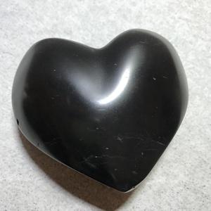 Éj fekete márványból készült szív formájú romantikus kőfaragás. , Dísztárgy, Dekoráció, Otthon & Lakás, Szobrászat, Kőfaragás, Nagy szív forma, fekete torinói márványból kézzel faragva, felület csiszolva és polírozva. Fektetve ..., Meska
