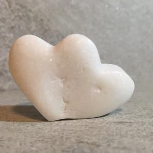 Szerelmes páros, hófehér szív., Kerámia, Szobor, Művészet, Szobrászat, Szerelmeseknek készült, hófehér márványból. Rusztikus felületű, mindkét oldalára állítható tartós, k..., Meska