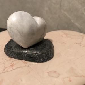 Zsebszív , Otthon & Lakás, Dekoráció, Kavics & Kő, Pinduri szivecske carrarai márványból otthoni tartóval.  Sima felületét fincsi simogatni.   Nincs a ..., Meska
