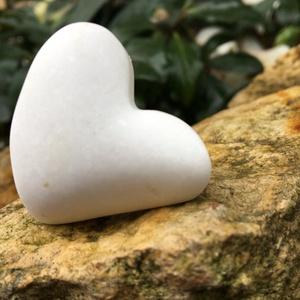 Mini fehér zsebszív, Otthon & Lakás, Dekoráció, Dísztárgy, Simán befér a zsebedbe, hogy mindig legyen nálad egy kis szeretet. Anyaga fehér thassosi márvány. Ta..., Meska