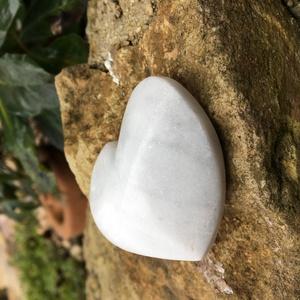 PocketHeart marble , Otthon & Lakás, Dekoráció, Dísztárgy, Simogatásra szoruló kis szívecske gazdáját keresi.  Carrarai márvány zsebszív.  64.g. 5x5.cm Kód: HC..., Meska