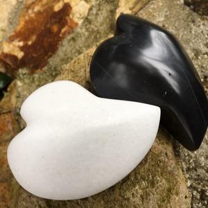 Black and White Marble Heart , Esküvő, Emlék & Ajándék, Nászajándék, Szerelmesnek készűlt  páros szív fekete és fehér márványból. Kissé nyújtott csepp alakú, fényesre po..., Meska