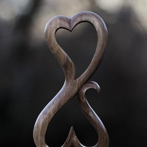 Szerelem szobor, Képzőművészet, Valentin napra, Szobor, Fa, Famegmunkálás, Diófából faragott, szerelem szobor. Méretek magasság: 15,5 cm szélesség: 7 cm vastagság: 1,5 cm, Meska