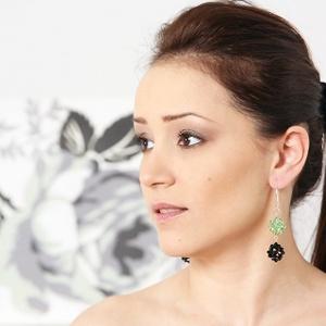 Fűzött, Swarovski kristály fülbevaló - Kristály Labdák (zöld-fekete), Ékszer, Ékszerkészítés, Gyöngyfűzés, gyöngyhímzés, A fülbevaló bogyók átmérője 1.5 cm, hossza akasztóval együtt   7.6 cm.\n \nA fülbevalót a következő al..., Meska