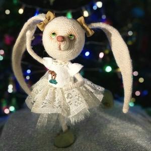 Kis balerina, Nyuszi, Plüssállat & Játékfigura, Játék & Gyerek, Horgolás, Gyurma, Méret: 30 cm.\n\nFülek, lábak és kezek mozoghatok.\n\nHorgolt Zareskaből 1.26 horoggal.\n\nAz orr és gombá..., Meska