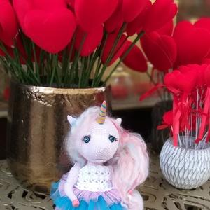 Baby unicorn, Farsang, Gyerek & játék, Játék, Otthon & lakás, Dekoráció, Horgolás, Gyurma, Méret: 17 cm. (ülve)\n\nA ruhát nem lehet levenni.\n\nHorgolt Baby Smilesből 1.25 horoggal.\n\nA patak és ..., Meska