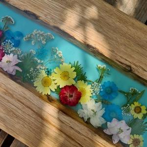 Virágos rét tálalólap, Otthon & Lakás, Dekoráció, Famegmunkálás, Mindenmás, Bükkfából készült virágos tálalólap műgyantával, egyedi, türkizkék színű.\nEgyedülálló tálca kézzel k..., Meska