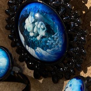 Felhős kék égbolt szett, Ékszer, Ékszerszett, Ékszerkészítés, Mindenmás, Műgyantából készült szett: medál, gyűrű, fülbevaló.\nA fekete foglaltba elhelyezett kék és fehér szín..., Meska