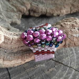 Peyote gyűrű, Gyöngyös gyűrű, Gyűrű, Ékszer, Gyöngyfűzés, gyöngyhímzés, Különböző méretű gyöngyök adják a mintáját. Japán és cseh gyöngyökből készült. 64mm a gyűrű kerülete..., Meska