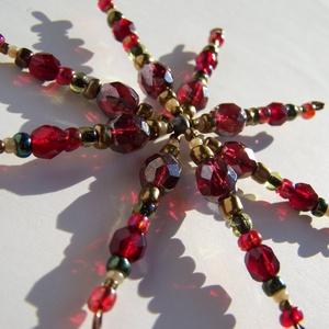 Piros gyöngycsillag karácsonyfadísz, Karácsonyi, adventi apróságok, Karácsonyfadísz, Karácsonyi dekoráció, Gyöngyfűzés, Pirosas színű üveggyöngyökből - kásagyöngyből és fazettázott nagyobb gyöngyökből - készítettem ezt ..., Meska
