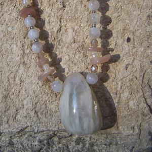 Holdkő nyaklánc kagyló-gyöngyökkel, Ékszer, Nyaklánc, Ékszerkészítés, Kétféle színű – fehéres és rózsaszínes – csodás holdkőből készítettem ezt a nyakláncot! Damilra fűz..., Meska